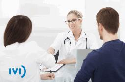 casal em consulta com especialista em fertilidade