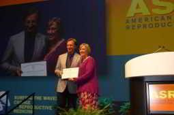 [:pb]Diretor científico do IVI, Carlos Simón, recebe prêmio KY CHA AWARD por pesquisa de reprogramação celular