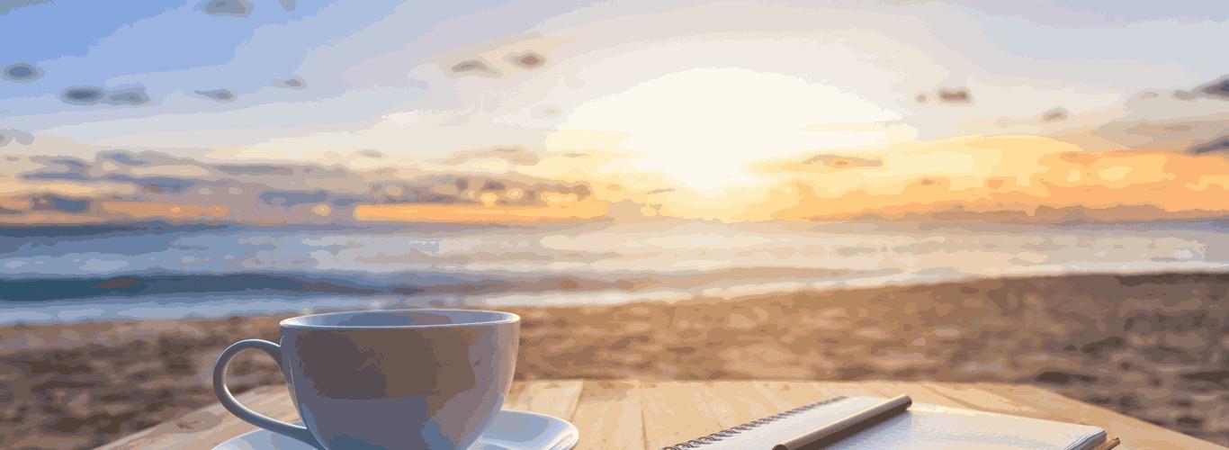 """Café, bloco de notas e vista para o mar com texto """"o que fazer para o sonho de ser mãe sair do papel"""""""