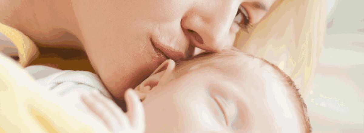 mãe beija bebê que evitou a síndrome do x frágil