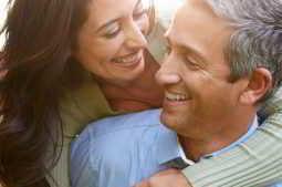 Casal feliz por utilizar a guia de apoio emocional grátis do IVI