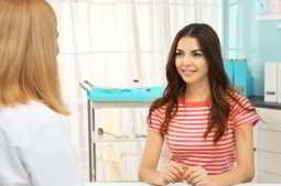 imagem de paciente sendo aconselhada sobre hormônios