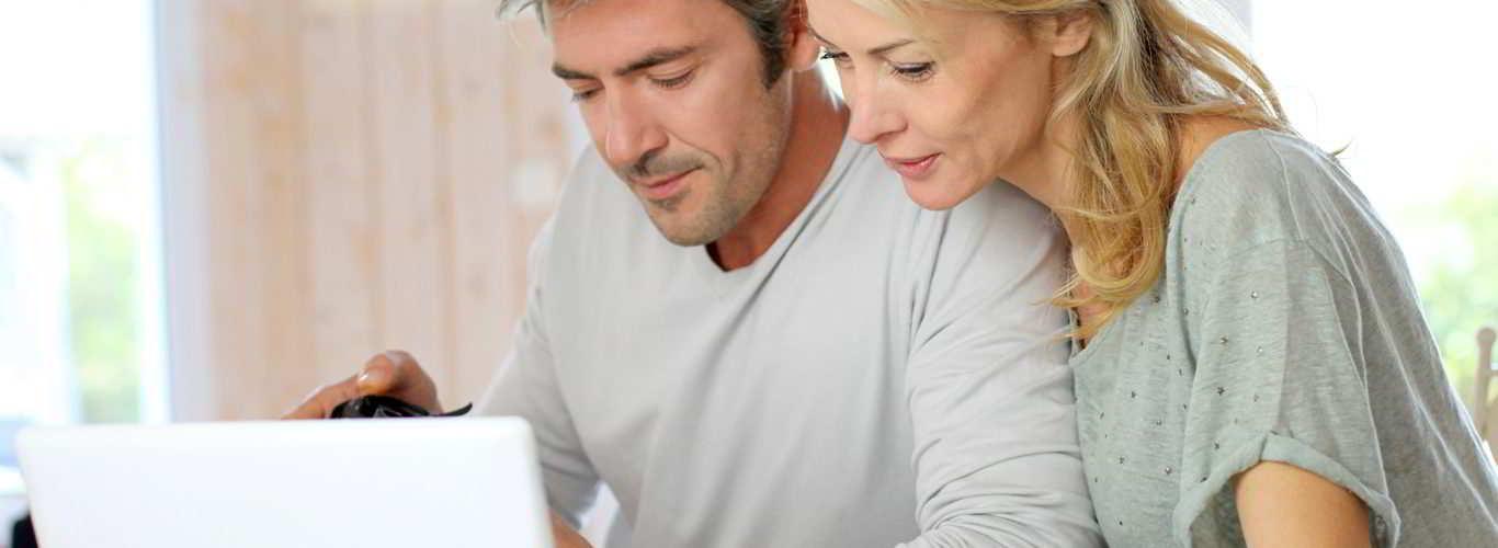 casal consultando exames de avaliação da fertilidade masculina