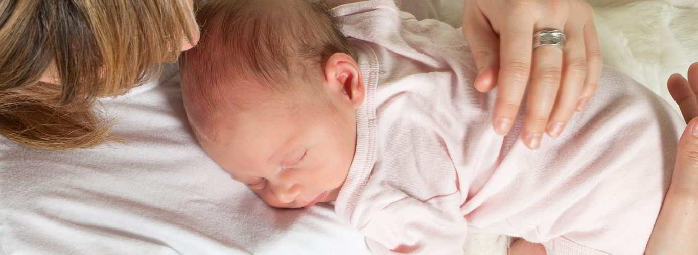 Mãe com bebê nos braços graças a ter preservado a fertilidade anteriormente