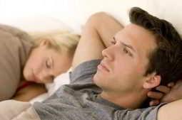 Homem pensando nas verdades e mitos da fertilidade masculina