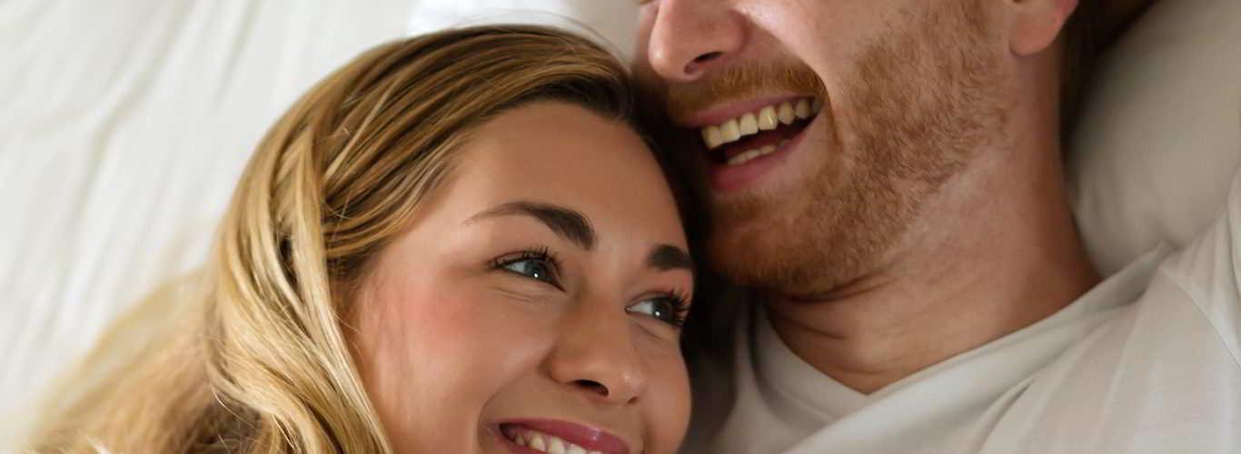 Casal feliz pela indicação de coito programado