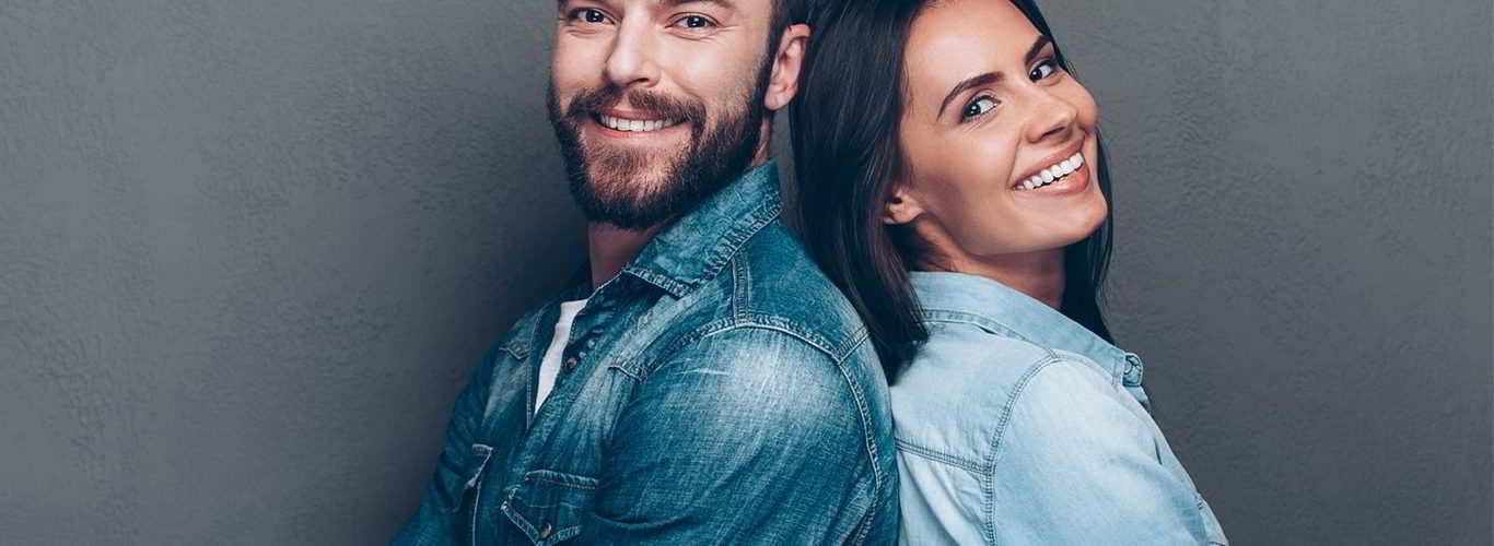 Casal feliz por poder prevenir a infertilidade